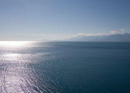 Blick aufs Meer im Gegenlicht
